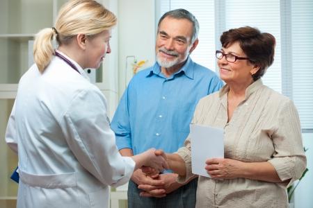 medico con paciente: Senior par visitar a un m�dico en el consultorio Foto de archivo
