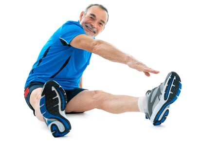 física: Senior hombre haciendo ejercicios de calentamiento. Aislados en blanco
