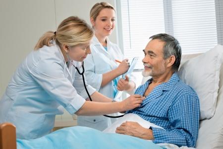 patient doctor: Doctor examinar a un paciente senior en hospital