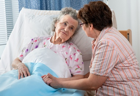 recovery bed: Senior femminile � essere visitata dalla figlia in ospedale