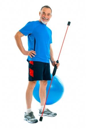 actividad fisica: Senior haciendo ejercicios con un palo de giro