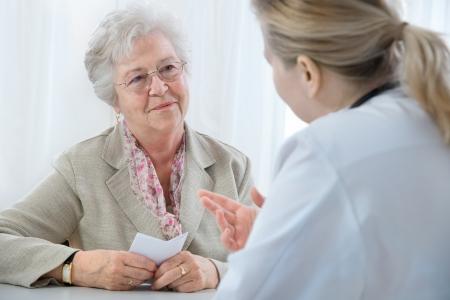 환자: doctor explaining diagnosis to his female patient.