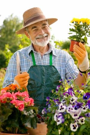 Portrait d'un homme âgé de jardinage attractif