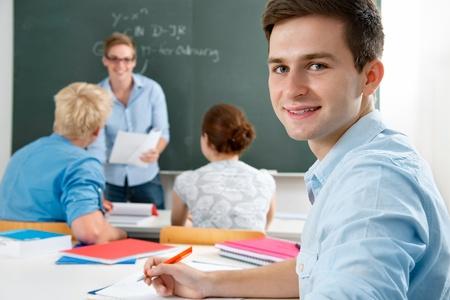 maestra enseñando: Grupo de estudiantes mientras estudiaba en el aula Foto de archivo