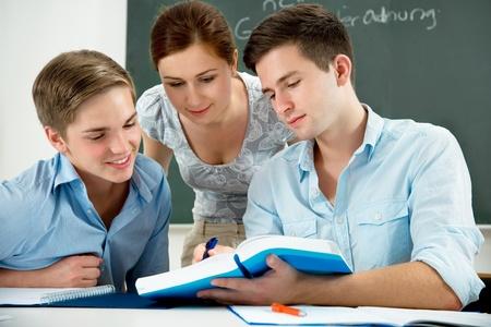 adolescentes estudiando: Grupo de estudiantes que estudian juntos en un sal�n de clases