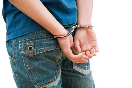 handcuffed: Jonge man in handboeien