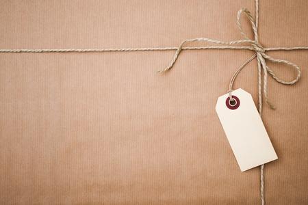 atados: Paquete de papel marr�n con una etiqueta en blanco y copia espacio