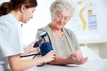 enfermeria: La medici�n de las mujeres m�dico para la presi�n arterial de la mujer mayor
