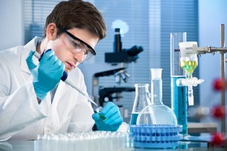 examenes de laboratorio: científico que trabaja en el laboratorio.