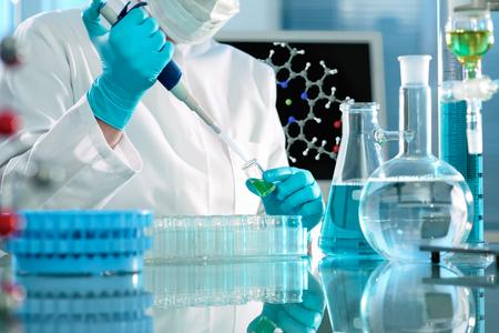 experimento: cient�fico que trabaja en el laboratorio. Imagen de la pantalla de la mol�cula compuesta por m� mismo Foto de archivo