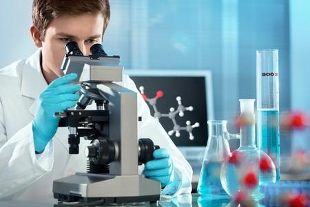microbiologia: científico que trabaja en el laboratorio. Imagen de la pantalla de la molécula compuesta por mí mismo Foto de archivo