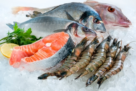 catch of fish: Seafood on ice at the fish market
