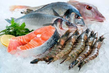 Vis en zeevruchten op ijs op de vismarkt