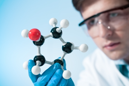 генетика: Ученый смотрит на молекулярную структуру в лаборатории
