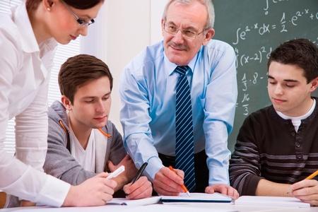 high school students: profesor con un grupo de estudiantes de secundaria en el aula