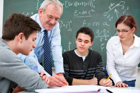 voortgezet onderwijs: leraar met een groep middelbare scholieren in de klas Stockfoto