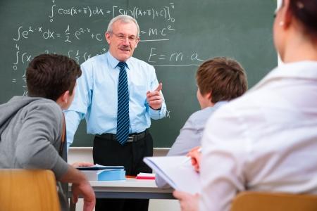 profesor con un grupo de estudiantes de secundaria en el aula