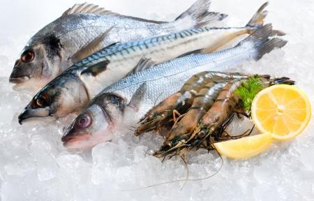 fisch eis: Meeresfr�chte auf Eis auf dem Fischmarkt