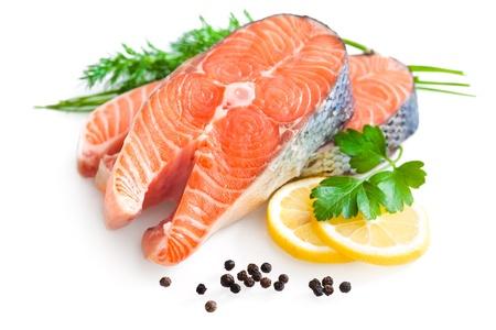 perejil: filete de salmón fresco con rodajas de limón, el perejil y Foto de archivo