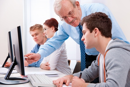 maestra ense�ando: Los estudiantes con un maestro en el aula de inform�tica