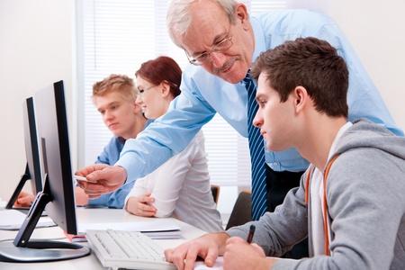 Studenten met een leraar in computerlokaal