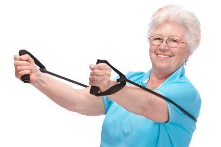 senior vrouw doet oefeningen met een weerstand band