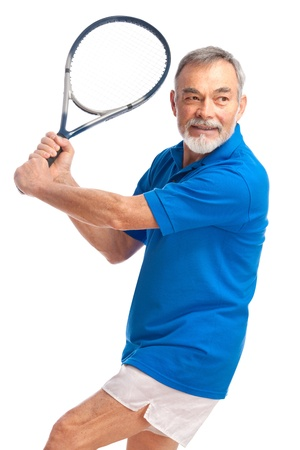 jugando tenis: hombre mayor jugando al tenis. Aislado en blanco