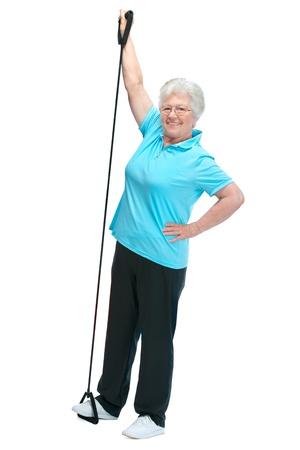 Atractiva mujer de alta en el club de salud, hacer ejercicios con un expansor en el pecho photo