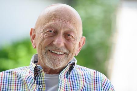 bald man: Retrato de hombre de alto nivel al aire libre