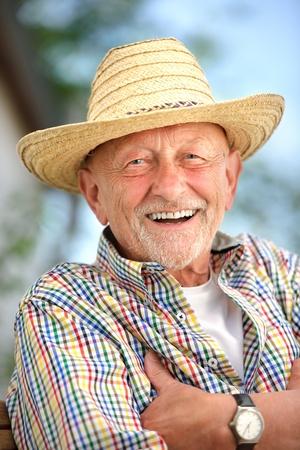 Portret van senior man buitenshuis Stockfoto