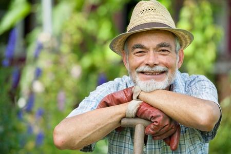 agricultor: Jardinero veterano con una pala en el jard�n Foto de archivo
