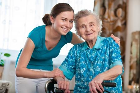 responsabilidad: Mujer mayor con su cuidador en el hogar