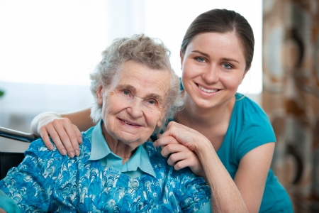 haushaltshilfe: Senior Frau mit seiner Bezugsperson zu Hause