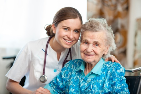 in home care: Senior donna con la sua badante a casa