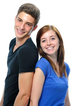 pareja de adolescentes: Atractiva pareja de adolescentes de pie espalda con espalda aislado sobre fondo blanco