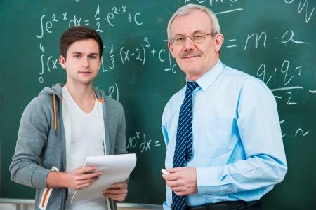 mannelijke student met een leraar in de klas Stockfoto