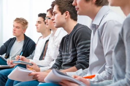 voortgezet onderwijs: groep studenten studeren samen in klaslokaal