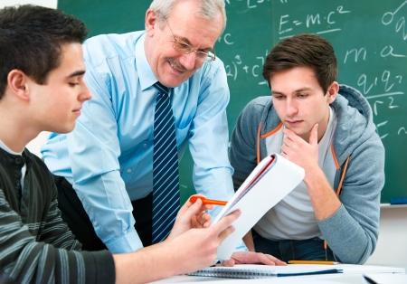 teacher: estudiantes de sexo masculino con un profesor en el aula