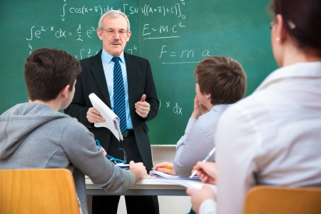 profesor: Profesor con un grupo de estudiantes de secundaria en el aula