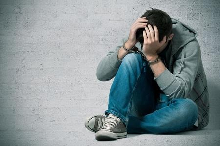 carcel: Detenido adolescente con esposas en las manos Foto de archivo