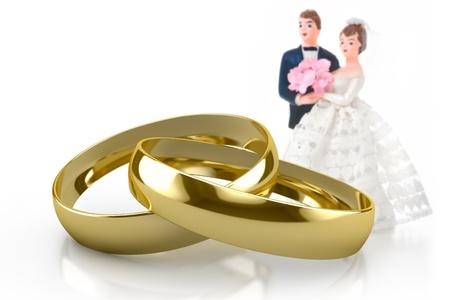 aniversario de boda: par de anillos de bodas de oro sobre fondo blanco
