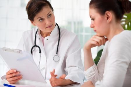 medico con paciente: diagn�stico m�dico explicando a su paciente
