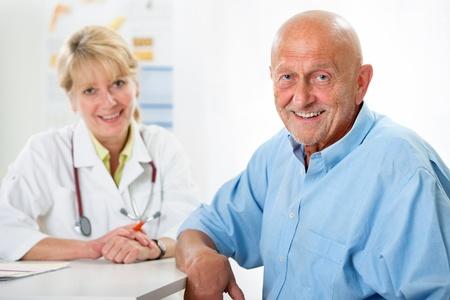 personas escuchando: Paciente mayor feliz y m�dico en el consultorio del m�dico