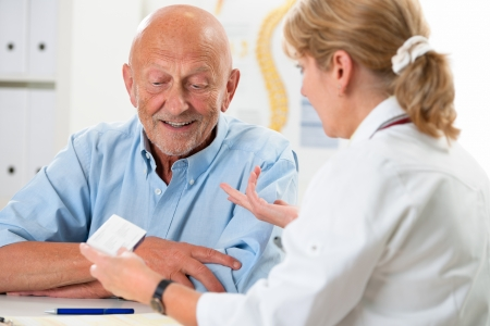 lekarz: Lekarz rozmawia z pacjentem starszego mężczyzny w biurze
