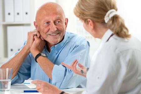 medico con paciente: m�dico hablando con su paciente masculino mayor en la oficina