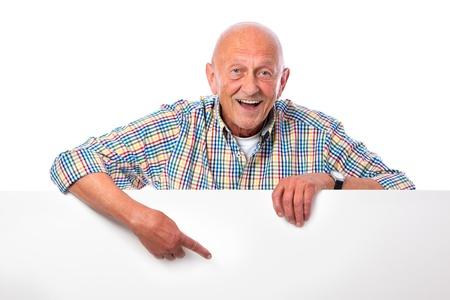 Glücklich lächelnde ältere Mann hält eine leere Tafel isoliert auf weiß Standard-Bild - 15785950