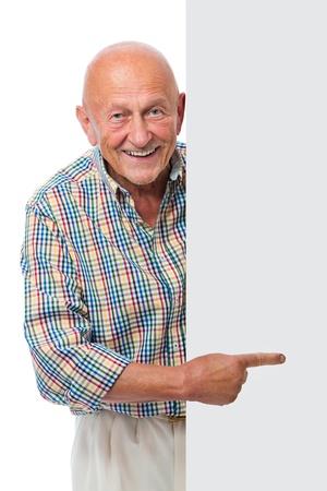 adulto mayor feliz: feliz hombre mayor sonriente sostiene un tablero en blanco aislado en blanco Foto de archivo