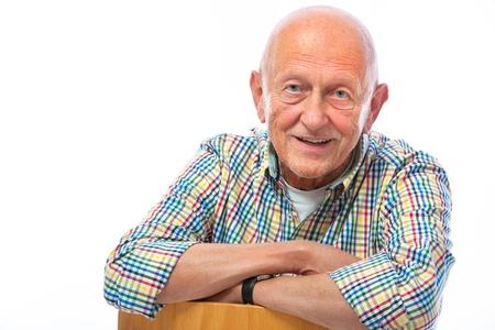 vieux: Portrait d'un homme heureux sup�rieurs souriant isol� sur blanc