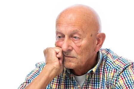 hombre preocupado: Retrato de un hombre mayor pensativo mirando a otro lado