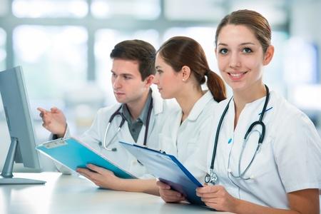 estudiantes medicina: grupo de estudiantes de medicina que estudia en sala de clase Foto de archivo